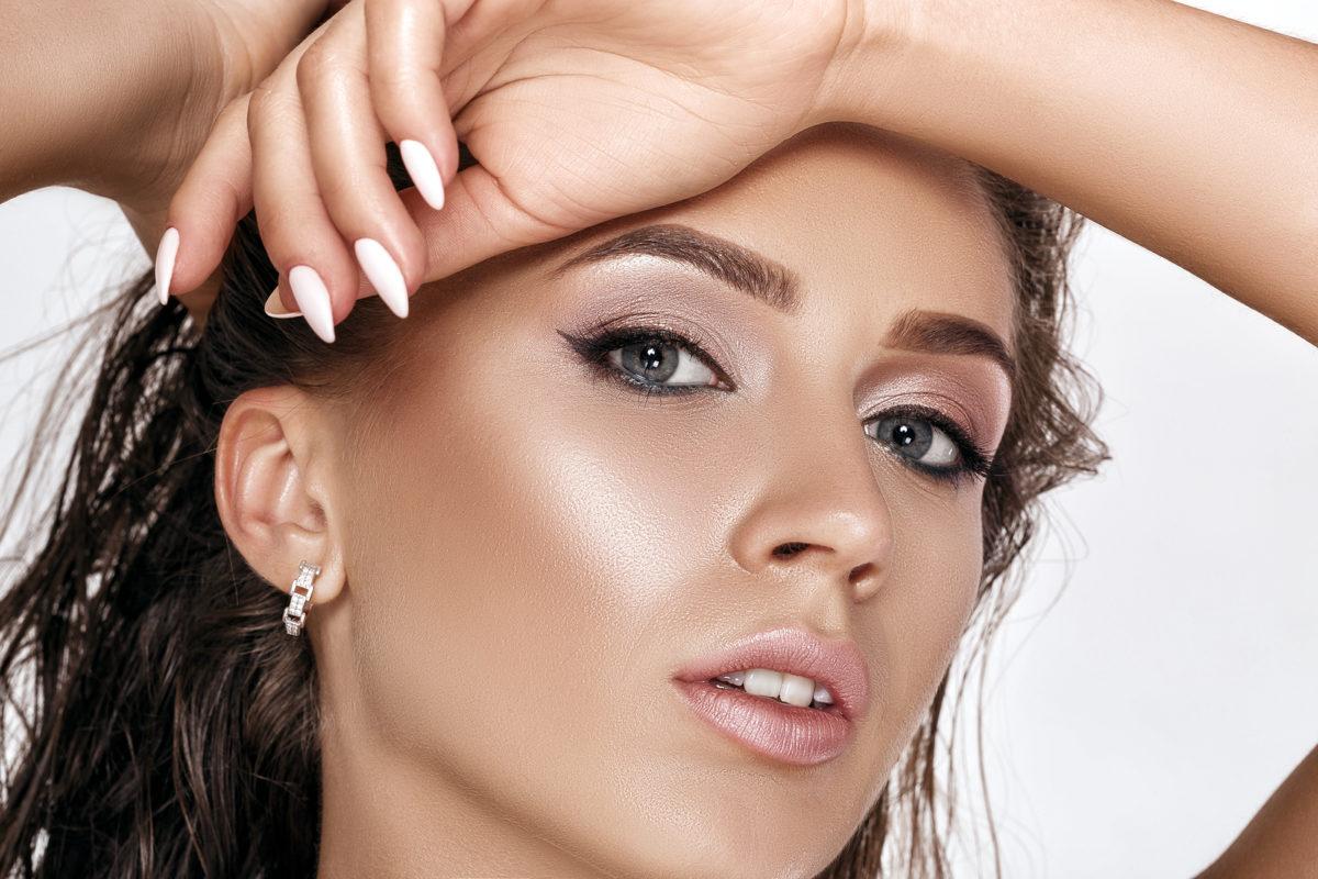 chica luciendo un maquillaje bronceado