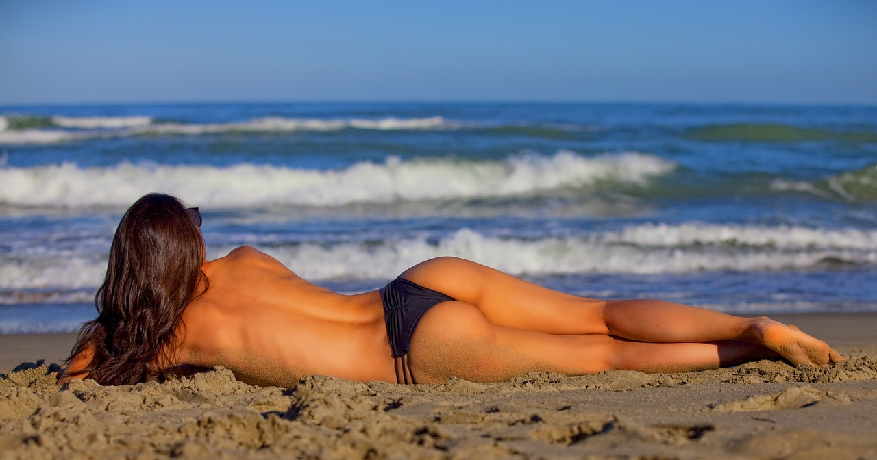 Solares, chica tomando sol en la playa