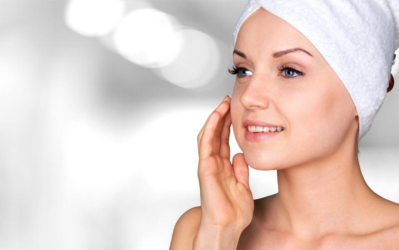mujer tratando su piel con Microdermoabrasión