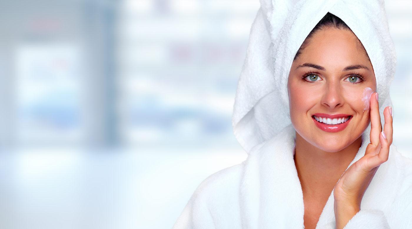 chica exfoliando su piel con toalla en la cabeza