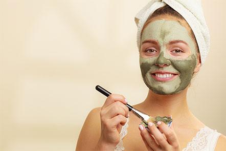 chica aplicando mascarilla barro con su Spa en casa